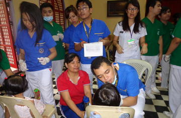 Dentistry student volunteers help out at Gota de Leche
